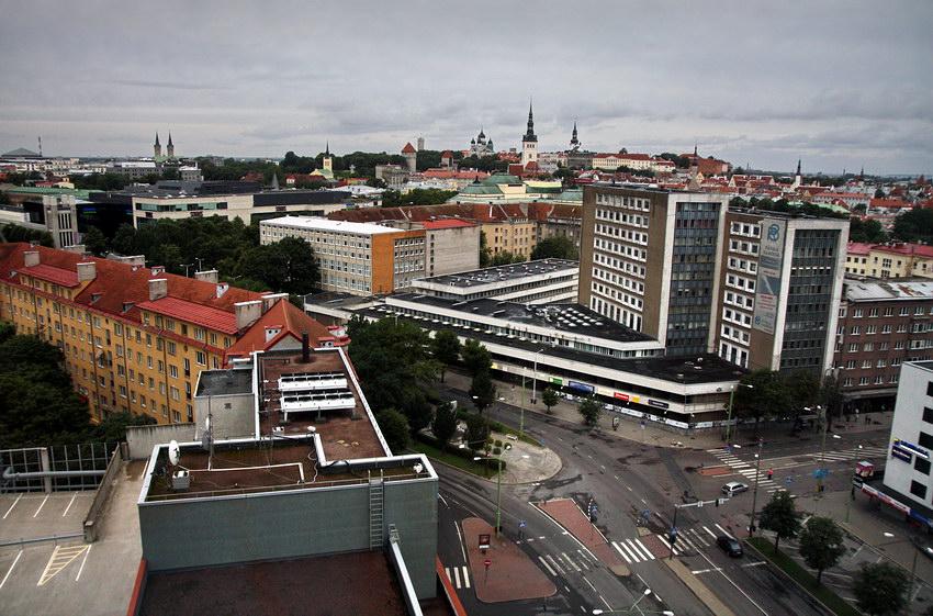 Vista de um lugar alto, com a parte nova em primeiro plano e a cidade velha ao fundo