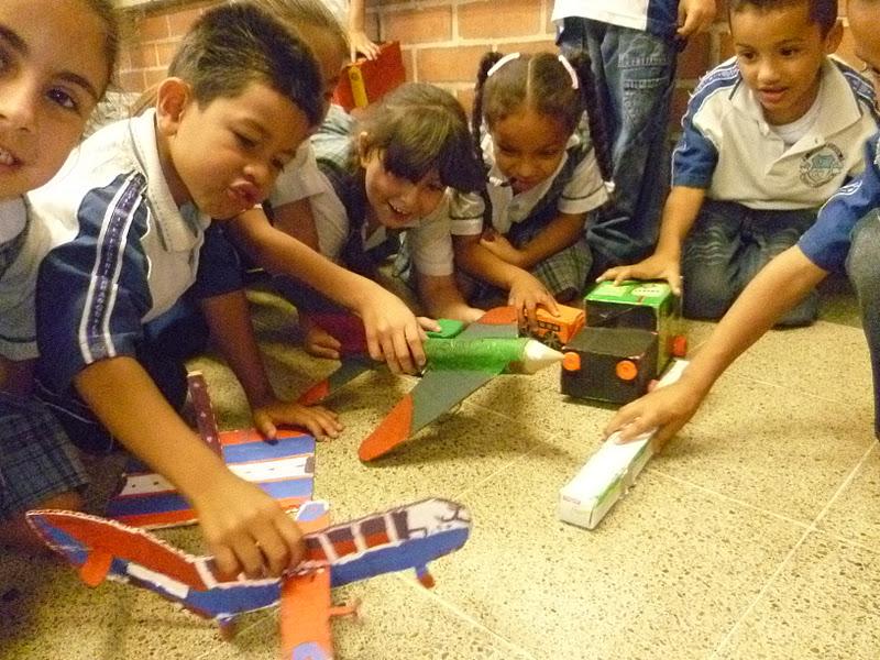 con la ayuda de las familias construimos medios de transporte con