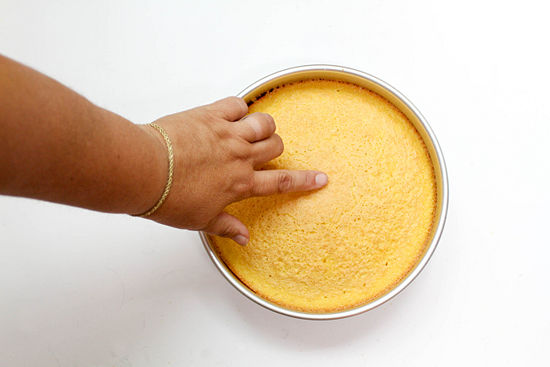 Dinginkan 15 sampai 20 menit sebelum mengeluarkan kue dari loyang