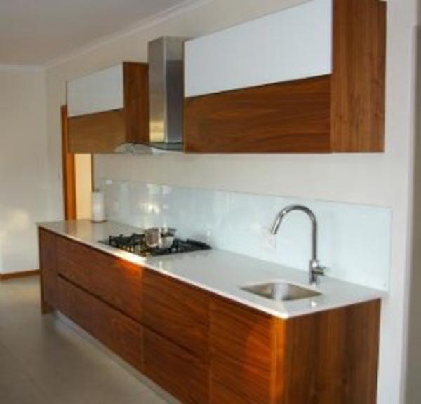 White splashback the kitchen design for Splashback kitchen designs