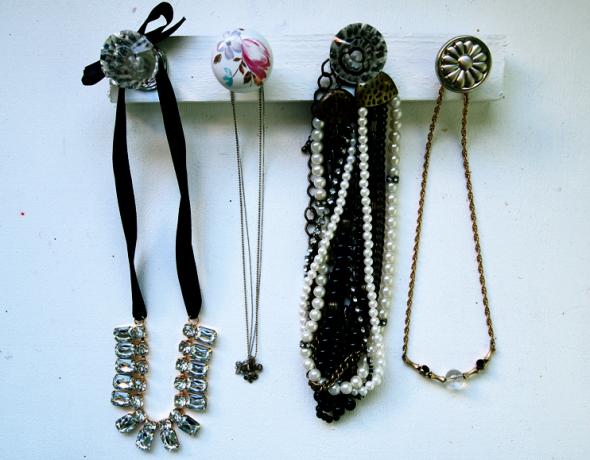 http://misskristurner.com/2012/01/18/diy-home-door-knob-jewelry-organizer/