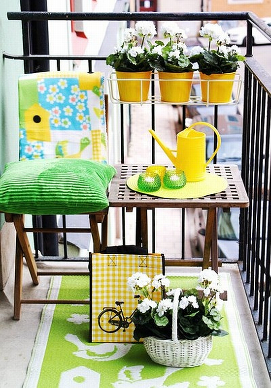 lovely smal lbalcony with green and yellow