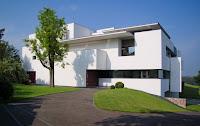fachada de casa moderna blanca
