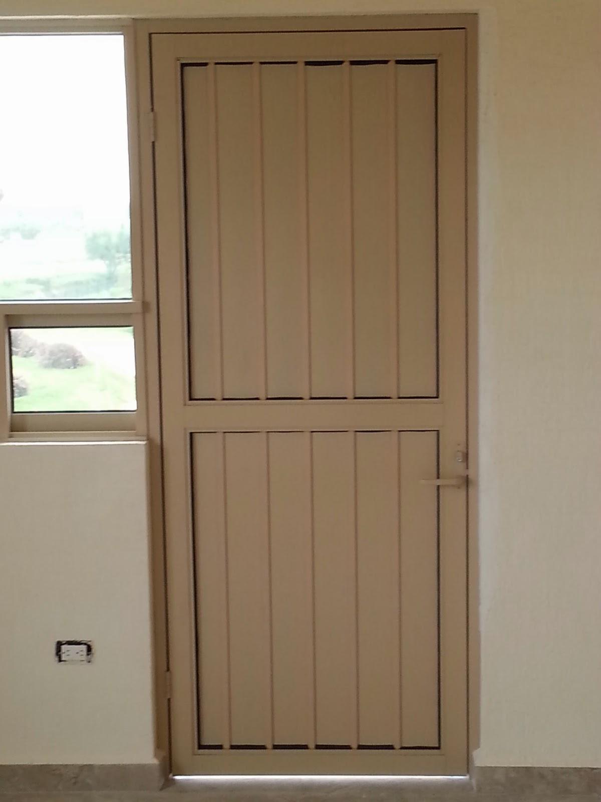 Persianas aluminio y vidrio puerta batiente para exterior for Puertas para bano exterior