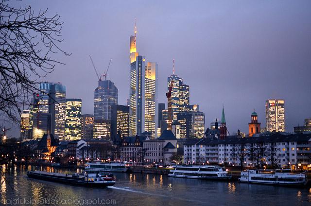 frankfurt am main iltahämärässä