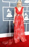 Наташа Бедингфилд в червена рокля с дълбоко деколте на Jackie Fraser-Swans, бижута Marina B и обувки на Brian Atwood - Грами 2013