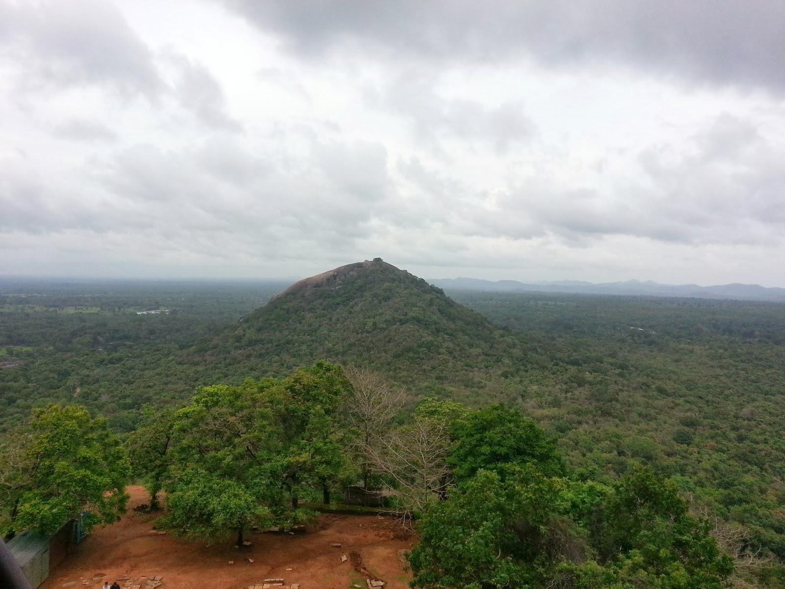 Вид на скалу Пидурангала с вершины Сигирии, балансирующий камень, сейсмометр, датчик землетрясений, древние технологии