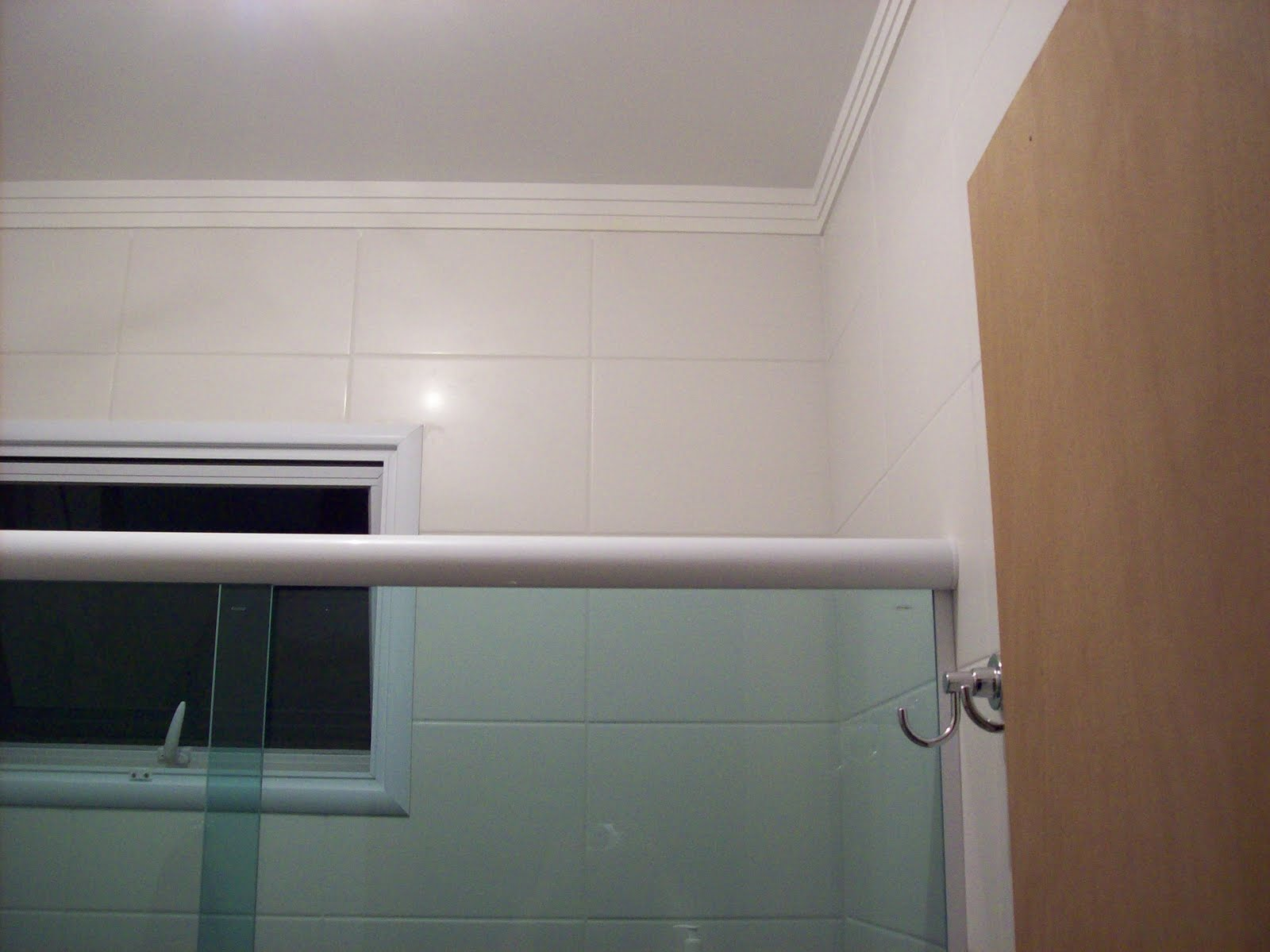 Rebaixo de gesso iluminação embutida e moldura de gola na parede e  #654A3B 1600x1199 Banheiro Com Moldura De Gesso