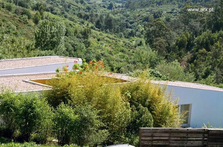 Vista de techos de la casa de campo contemporánea portuguesa en Romeirao