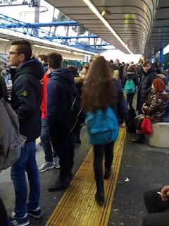 Persone in attesa della Roma-Lido - Foto di EmanueleDesamis