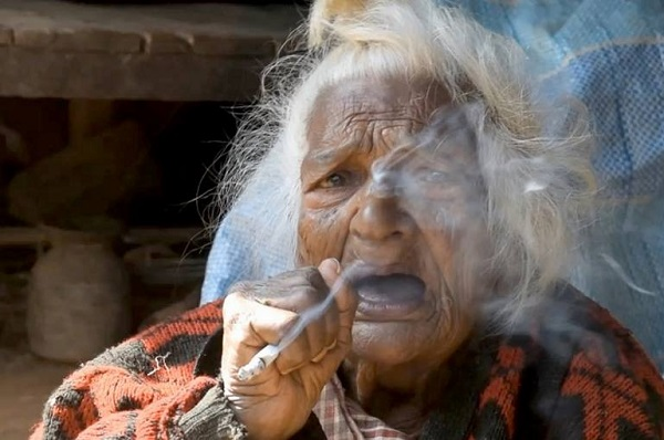 Nenek berusia 112 tahun sihat, hisap rokok 30 batang sehari