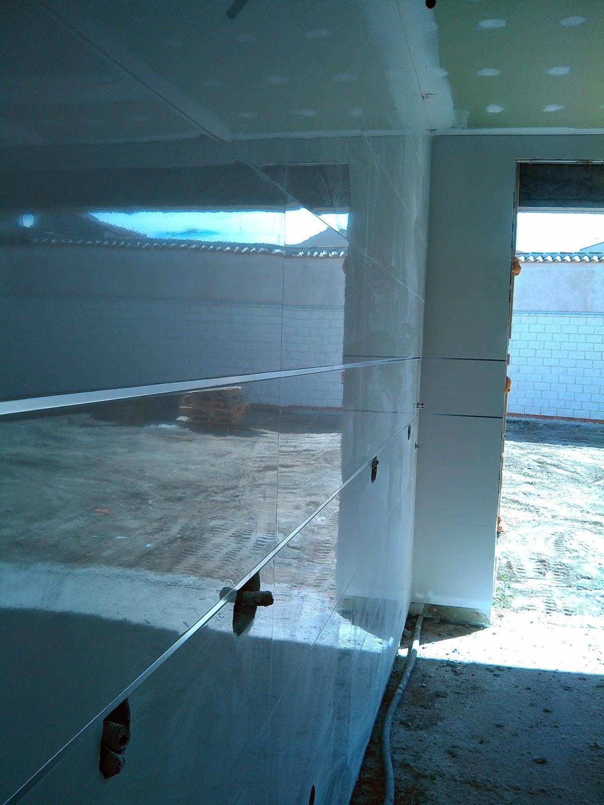 cabecero del dormitorio principal con azulejo pasta blanca 90x30 totalmente centrado para un visionado simetrico