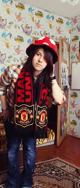 Manchester United girl with hat and scarf