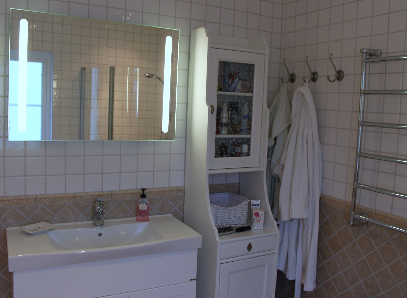 Carinashousebythesea: badrumsskåp