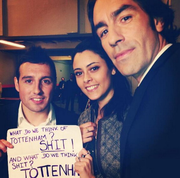 Santi Cazorla & Robert Pires pose with anti-Spurs sign
