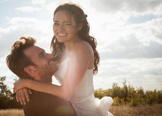 لماذا يجب على الرجل الزواج قبل سن الثلاثين رجل يحمل امرأة فتاة بنت حب رومانسية man carry woman girl love romance