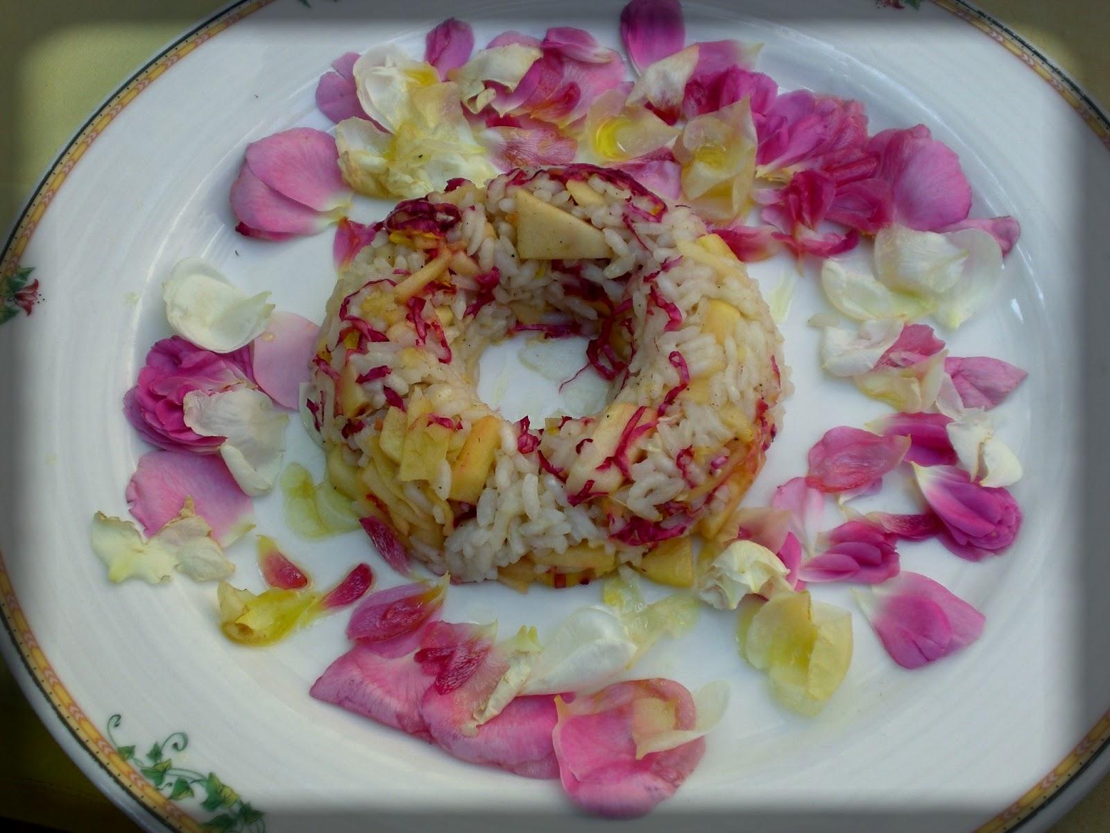 Ha iniziato preparando una sfiziosa insalata di riso pilaf con mela golden e petali di rosa al miele di sambuco a seguire costolette di agnello in crosta