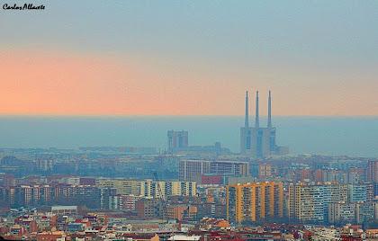 Les Tres Xemeneies de la Central Tèrmica del Besós des del carrer Budapest amb Gènova. Autor: Carlos Albacete