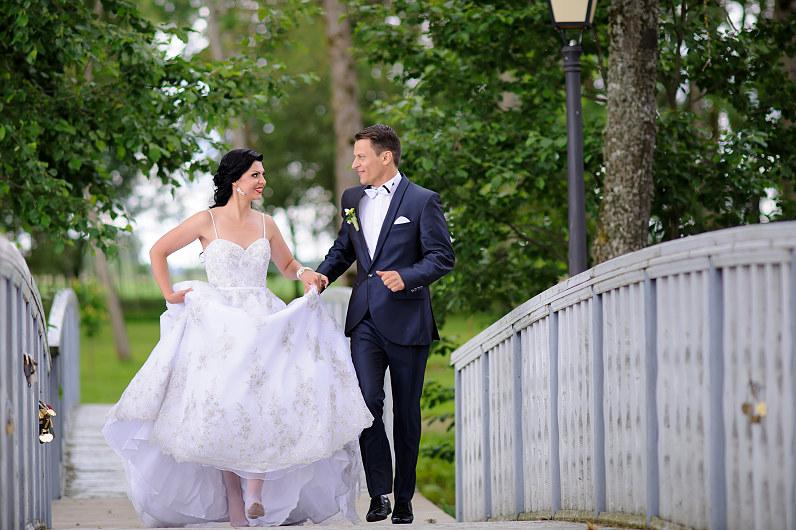 Linksma vestuvinė nuotrauka Bistrampolio dvaro parke