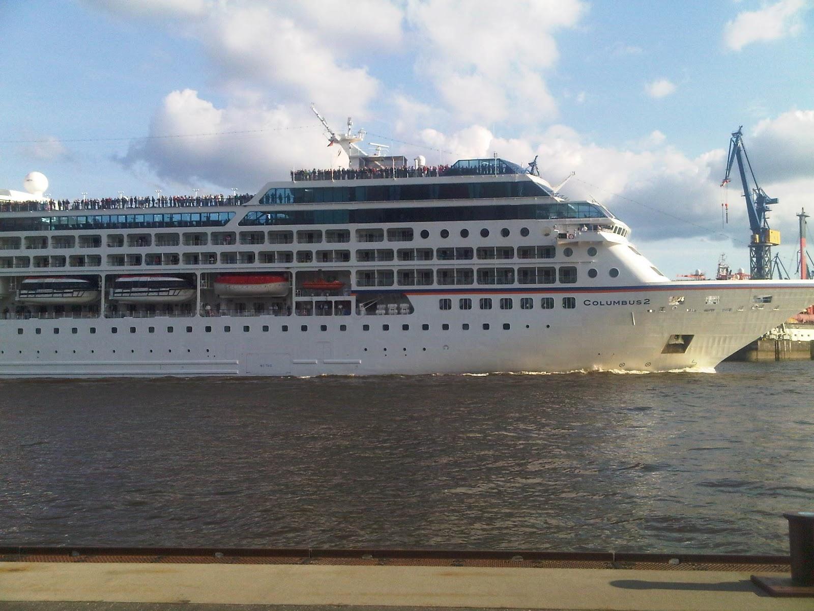 Columbus 2 verlässt den Hamburger Hafen mit vielen Menschen an Oberdeck.