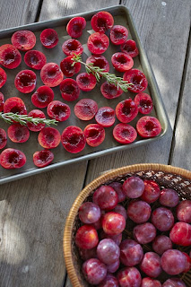 Roasting plums in the oven for jam