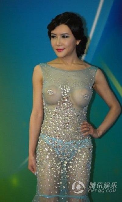 WTF] Pelakon Gong Yue Fei Muncul Dengan Dress Lutsinar (5 Gambar)