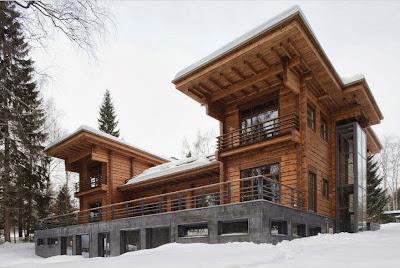 Fachada de casa de madera de tres pisos