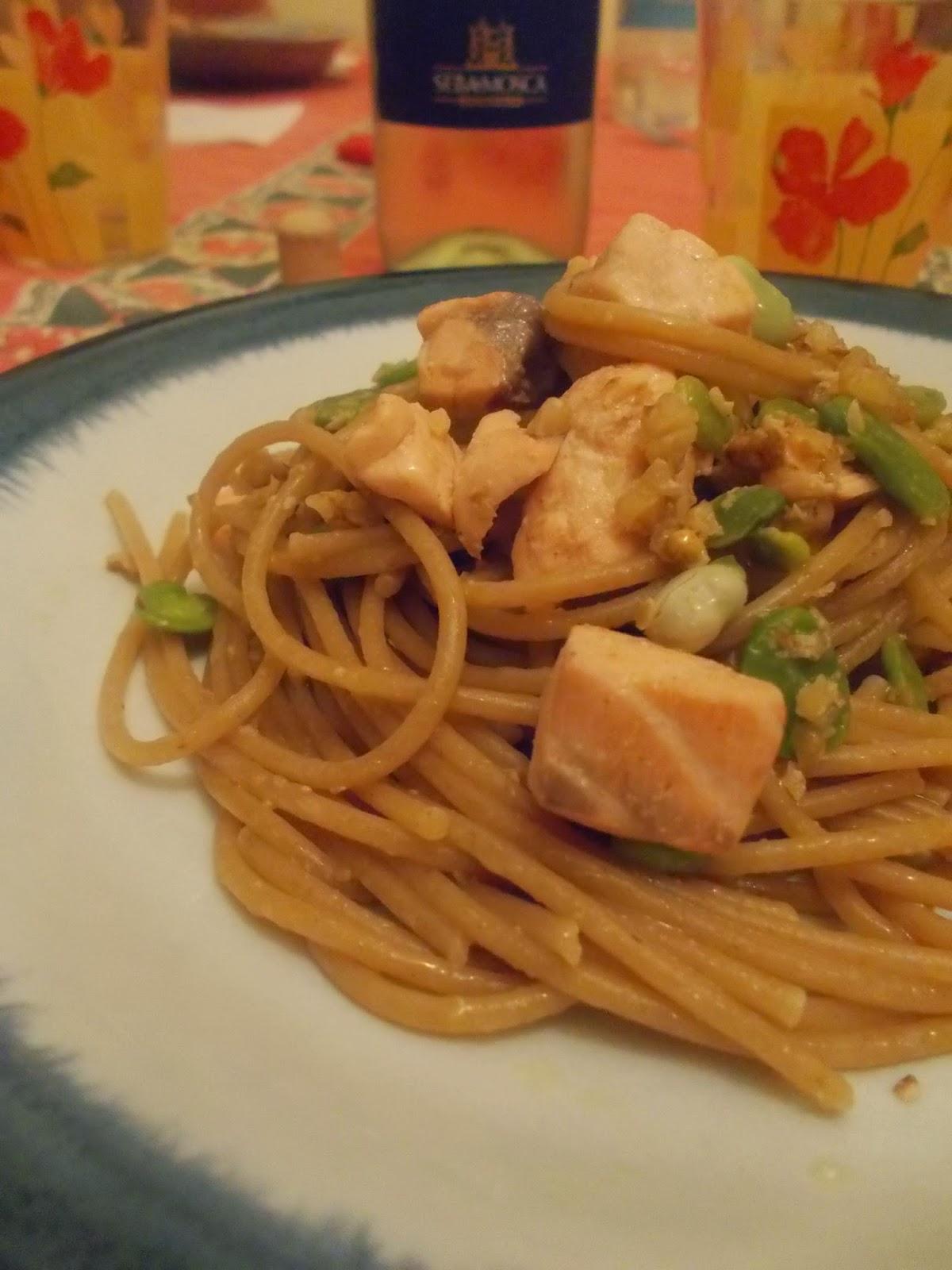 spaghetti integrali con salmone fresco, fave e noci.
