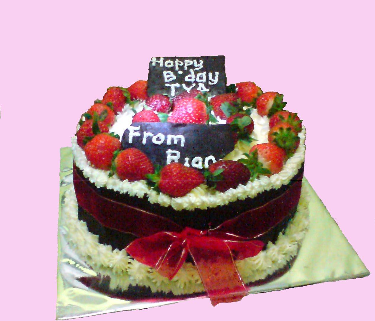 Kue tart dibuat dengan dua lapis kue coklat yang dihiasi dengan