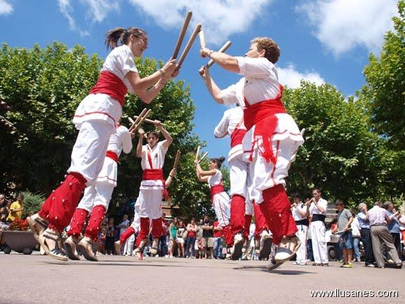 """Bastoners de Malla dansant """"La Polca"""" davant l'Ajuntament de Prats de Lluçanès."""