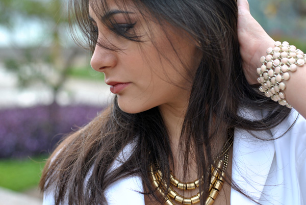 Bárbara Urias - look, blazer branco, colar dourado de correntes - pampulha