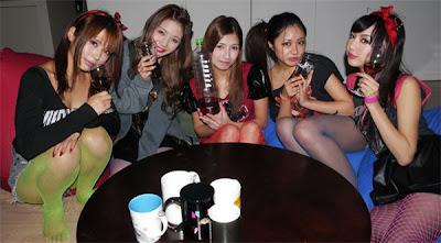 chicas de banda de rock toman licor de caca