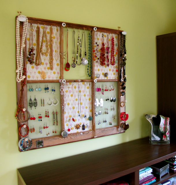 This window frame jewelry display is perfect for a teen's room DIY