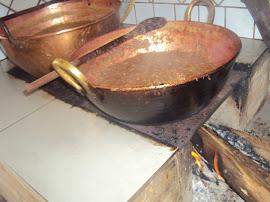 Doce no tacho de cobre no fogão a lenha