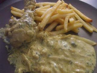دجاج بصلصة الكري والكزبر