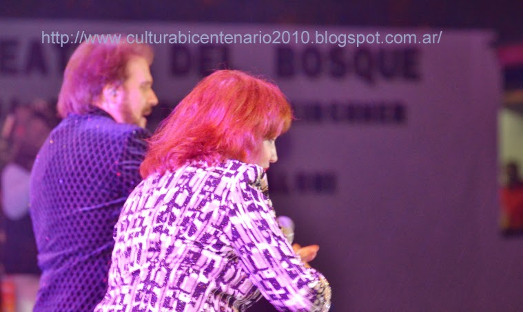 El público de El Calafate cantóbajo la lluvia junto a Alex Ubago y ...