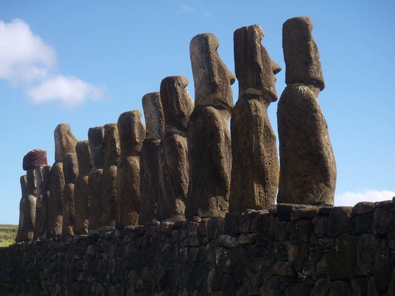 Ahu Tongariki detrás Rapa Nui, Chile