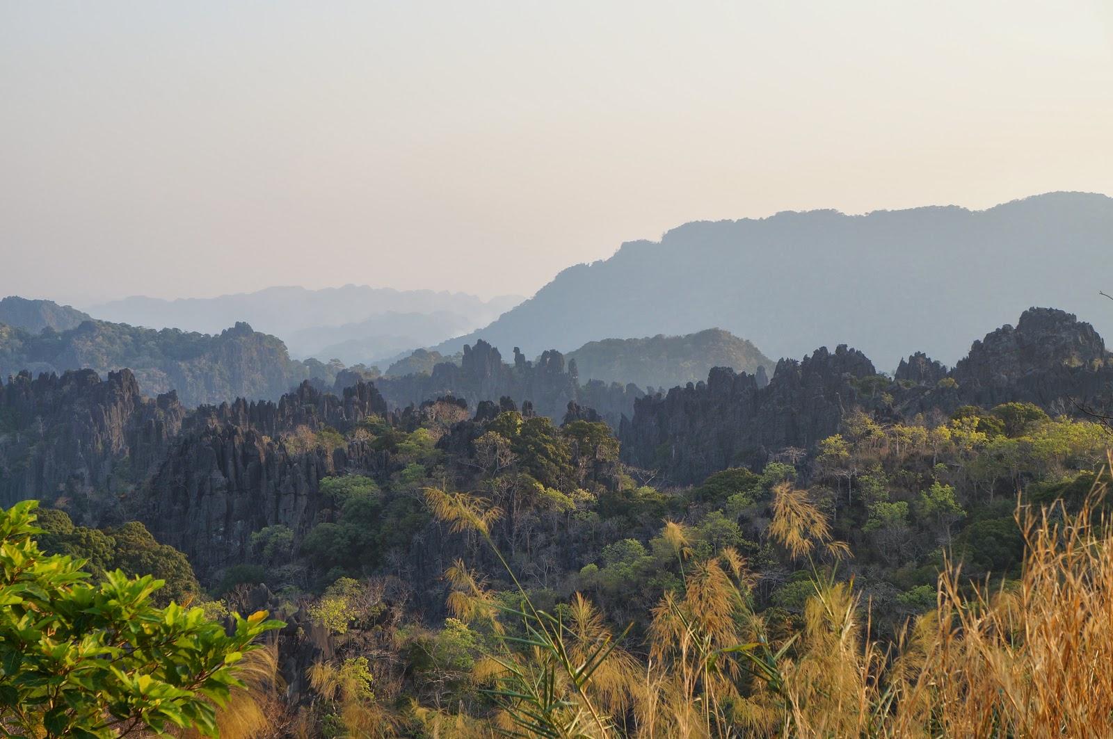 Coucher de soleil sur les hauteurs de Nahin au centre du Laos