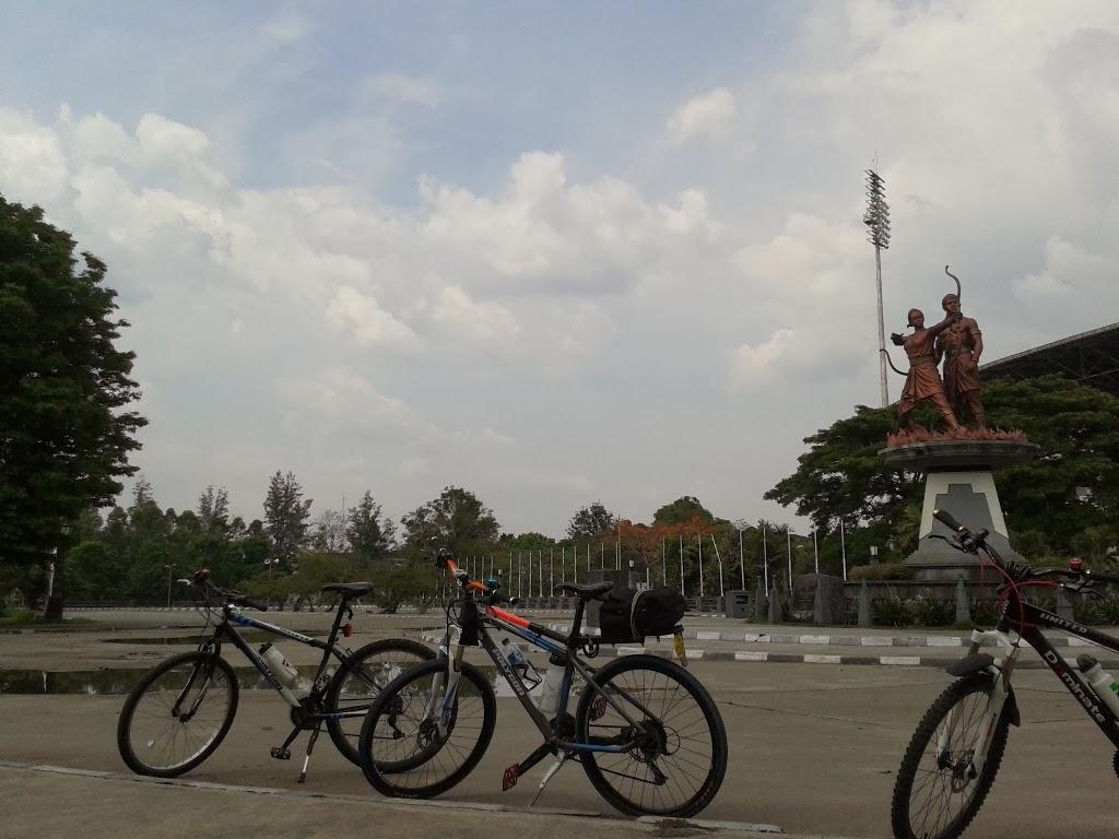 Sepeda kami berpose distadion Manahan, Solo