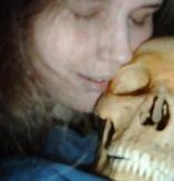 La detienen por mantener sexo con esqueletos