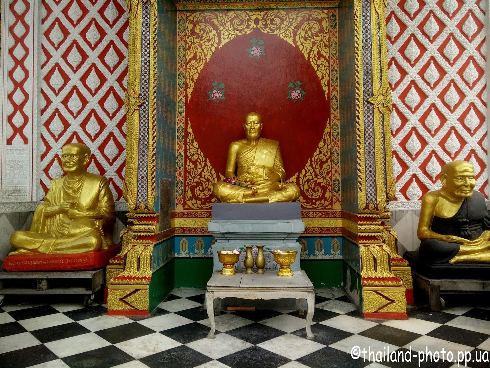 Позолоченные статуи буддиских монахов