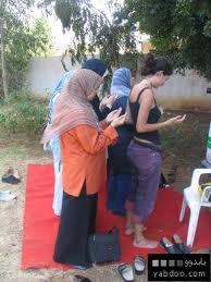 بنت مسلمه تصلى وهى شبه عريانه