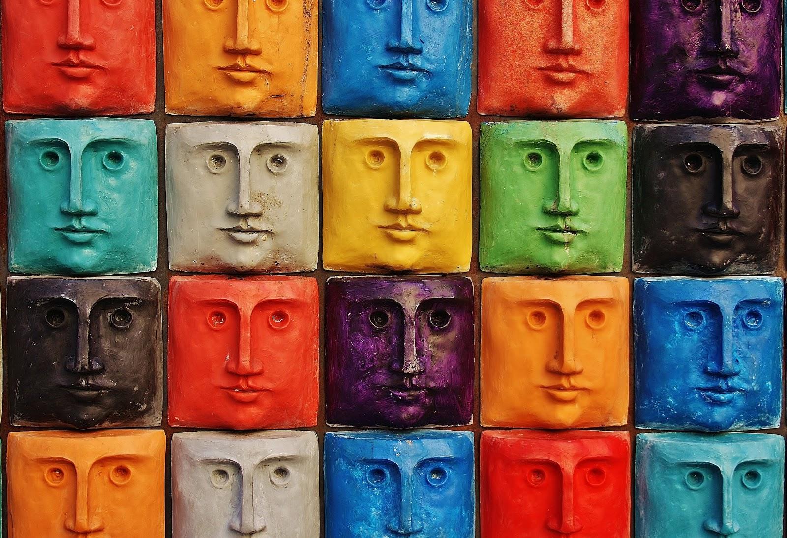 Uma imagem com rostos coloridos e idênticos