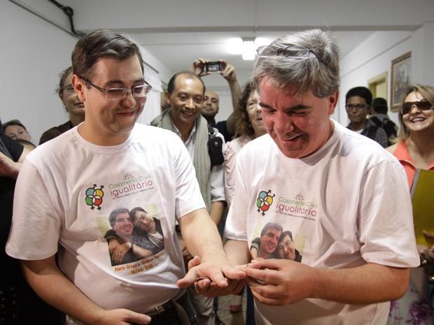 Os noivos Gledson (direita) e Mário celebram sua união em cartório no bairro de Itaquera, eles estavam juntos há dez anos (Foto: Gustavo Magnusson/AE)