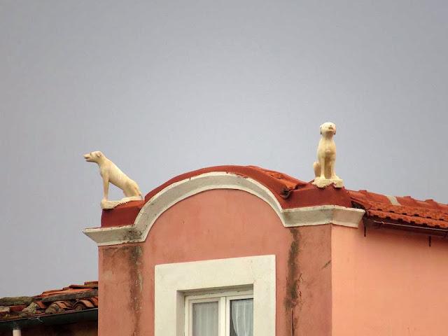 Statue di cani su un tetto, scali delle Cantine, Livorno