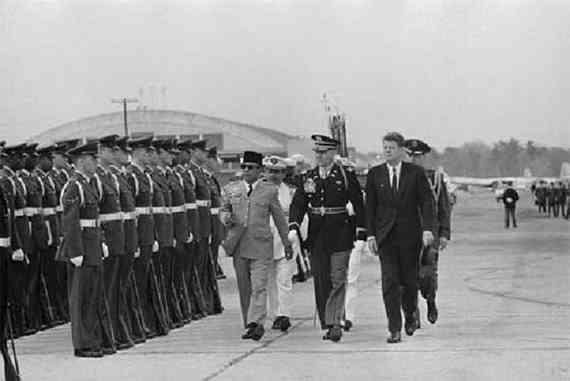 Gambar Presiden Soekarno disambut militer Amerika dan Jhon F Kennedy