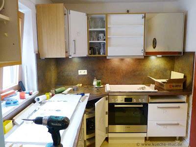 Aus einer rustikalen Küche mit Eichenfronten wird eine moderne, helle Küche mit weissen Hochglanz-Fronten