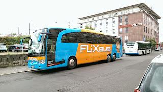 """Fernbus: Reisen mit dem Fernbus: Gute Preise, harter Kampf Stiftung Warentest hat das Fernbus-Angebot in Deutschland getestet. Die Kriterien: Pünktlichkeit, Sicherheit, Komfort. Günstig sind alle, """"sehr gut"""" schneidet keines der Unternehmen ab., aus spiegel.de"""