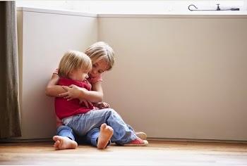 Επιτρέπεται οι γονείς να αφήνουν τα παιδιά μόνα τους στο σπίτι;