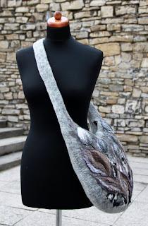 filcowa torba z motywem szarej łąki